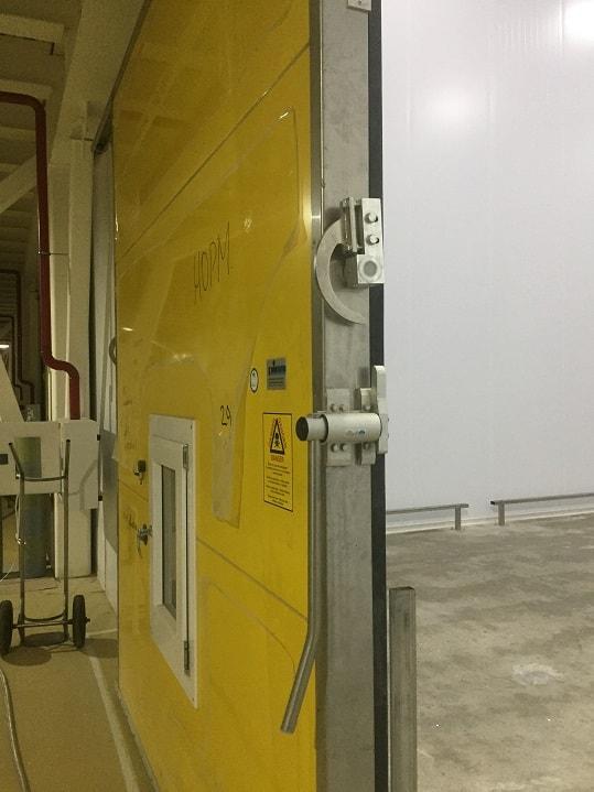 Монтаж откатных холодильных дверей.