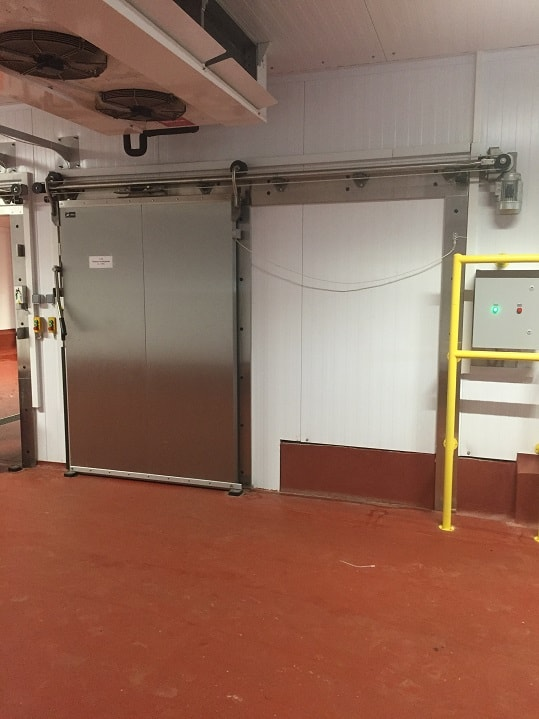 Монтаж откатных холодильных дверей