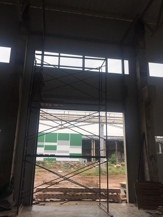 Монтаж промышленный автоматических секционных ворот Alutech