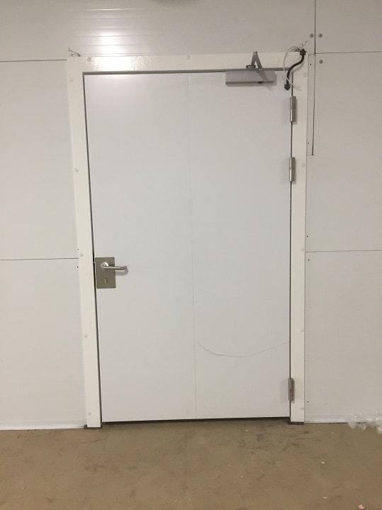 Монтаж одностворчатых технических дверей.
